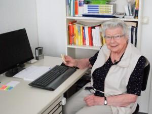 Liselotte Gründel arbeitet regelmäßig am Computer.