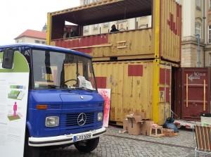 Beim Aufbau des Containers auf dem Altmarkt, in dem dann auch ein Film zu sehen ist. Foto: M. Arndt