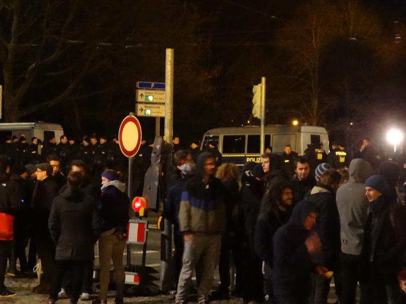 Für ihren Protest in Hör- und Sichtweite warten die Demonstranten, bis die Pegida-Anhänger sich auf den Heimweg machen. Foto: W, Schenk