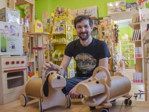 Oliver Tzschoppe führt seit 2011 den Holzspielzeugladen Zauberbaum. Foto: M. Arndt