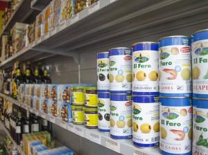 Ob gefüllt mit Shrimps, Jalapenos, Mandeln oder pur: Die Oliven im MercaSito sind immer erste Ware, verspricht der Ladeninhaber. Foto: M. Arndt