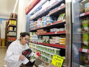 Die türkische Mitarbeiterin Alev Emül preist die Joghurtsorten aus. Foto: M. Arndt