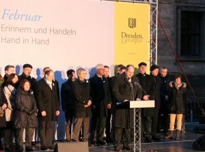 Oberbürgermeister Dirk Hilbert (FDP) spricht zur Auftaktveranstaltung der Menschenkette am Hietzigbrunnen. Foto: Sebastian Burkhardt