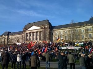 Die Demonstrationen am Sonnabend verliefen weitestgehend ruhig. Am Königsufer hielt Pegida eine Kundgebung ab. Foto: S. Burghardt