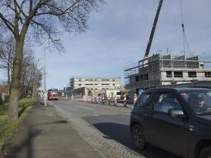 Radfahrer müssen entweder auf den schmalen Gehwegen fahren oder auf die von Schwerlastverkehr stark genutzte Straße ausweichen. Foto: M. Arndt